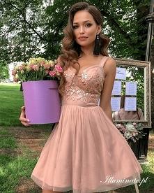 Karmelowa, tiulowa sukienka...