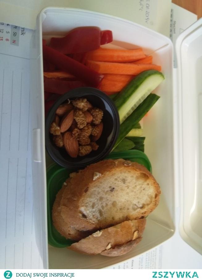 Pakunek do pracy - warzywa z humusem oliwkowym <3 pychota!