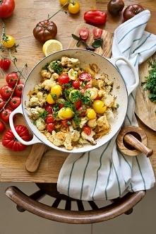 kalafior pieczony z kminem rzymskim i duszonymi pomidorami