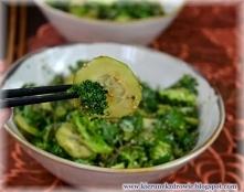 Sałatka z jarmużem, brokułami i sezamem