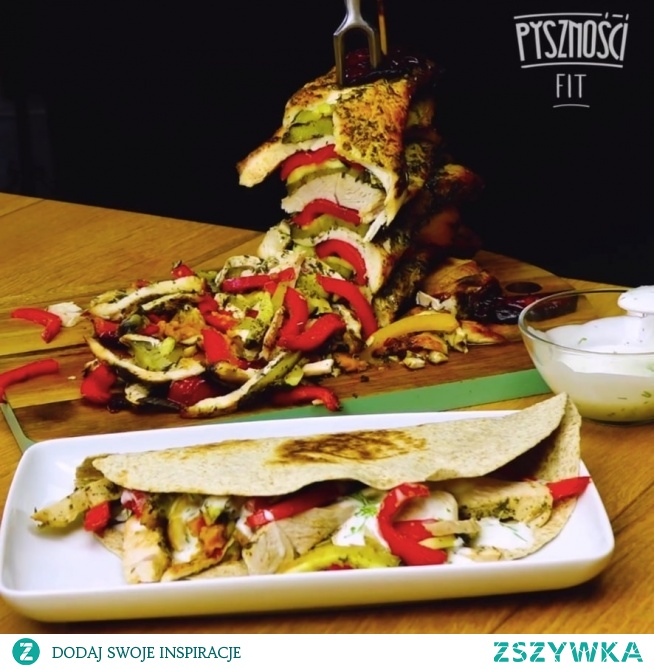 Domowy kebab light z indyka w towarzystwie warzyw