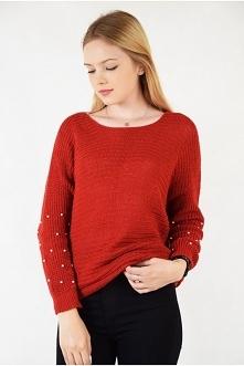 Czerwony sweter z koralikami