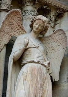 Uśmiechnięty anioł. Francja katedra w Reims.Jedyny na świecie z uśmiechem na twarzy. Umieszczony jest tuż nad wejściem do katedry i uśmiecha się do każdej osoby. Dobroć, czułość...