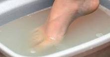 Mocz nogi w zimnej wodzie k...
