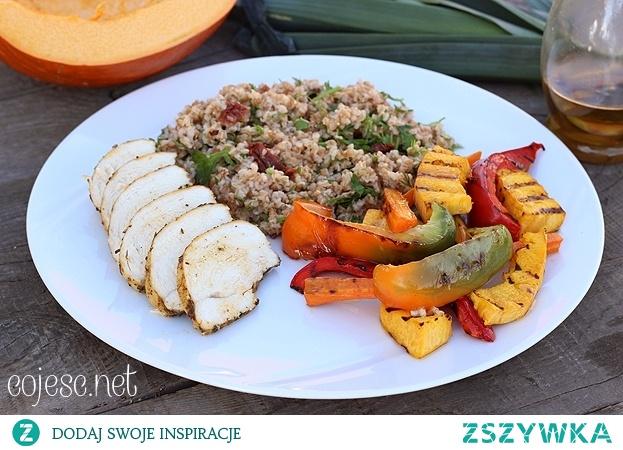 Zdrowy obiad: pieczona pierś z ziołową kaszą i grillowanymi warzywami