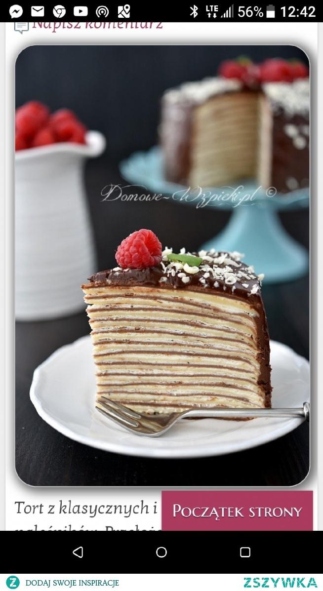 Tort składa się z 25 naleśników, ma średnicę 15 cm i jest wysoki na 8 cm.  Składniki: Jasne ciasto naleśnikowe na ok. 17 sztuk:  150g mąki pszennej  szczypta soli  2 jajka  350ml mleka  1 łyżkacukru waniliowego  Kakaowe ciasto naleśnikowe na ok. 17 sztuk:  140g mąki pszennej  10g kakao  szczypta soli  2 jajka  350ml mleka  1 łyżkacukru waniliowego  Krem:  250g serka mascarpone  350g słodkiej, płynnej śmietany 30- 36%  1 łyżka cukru pudru  50g truskawek (można pominąć i dodać o 50g więcej śmietany)  Ganache:  100g czekolady gorzkiej  100g słodkiej, płynnej śmietany 30- 36%  Dodatkowo:  owoce do dekoracji  trochę startej białej czekolady Sposób przygotowania:  Przygotować jasne ciasto naleśnikowe. Do miski wsypać mąkę, szczyptę soli i cukier waniliowy. Wlewać mleko i energicznie mieszać trzepaczką, aby nie powstały grudki. Dodać jajka i ponownie wymieszać. (Gdyby powstały grudki można ciasto przelać przez sitko). Ciasto pozostawić najlepiej na co najmniej 30 minut, aby odpoczęło (ale nie jest to konieczne).  Na patelni o średnicy dna ok. 15 cm usmażyć naleśniki. (Smażyłam na małej ilości oleju. Wyszło mi dokładnie 17 sztuk).  W ten sam sposób przygotować kakaowe naleśniki.  Przygotować krem. Truskawki umyć, odszypułkować i zmiksować na puree. Zimny serek i zimną śmietanę przełożyć do miski i ubić przez chwilę na gęsty krem. (Nie miksować za długo, aby się nie zwarzyło). Pod koniec ubijania dodać cukier puder i wlać zmiksowane truskawki.  Kremem przełożyć naleśniki, układając na zmianę raz ciemny, raz jasny naleśnik. (Kremu wystarczyło mi na 25 naleśników).  Tort wstawić do lodówki.  Przygotować ganache. Czekoladę posiekać. Śmietanę zagotować i od razu ściągnąć z pieca. Dodać posiekaną czekoladę. Odczekać chwilę, aby czekolada zmiękła, a następnie wymieszać trzepaczką, aż czekolada całkowicie się rozpuści. Pozostawić do ostygnięcia.  Ganache posmarować boki i wierzch tortu. Udekorować owocami i startą czekoladą.