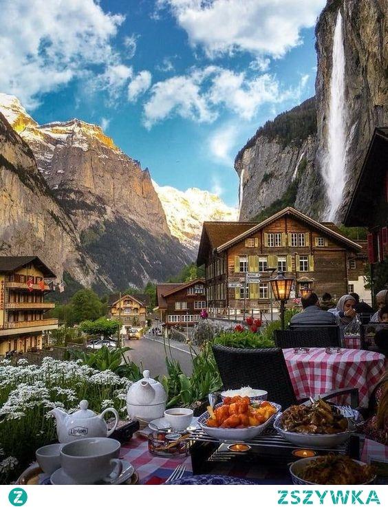 Obiad w Staubbach Falls w Lauterbrunnen, Szwajcaria. Zapraszamy na puzzle! :)