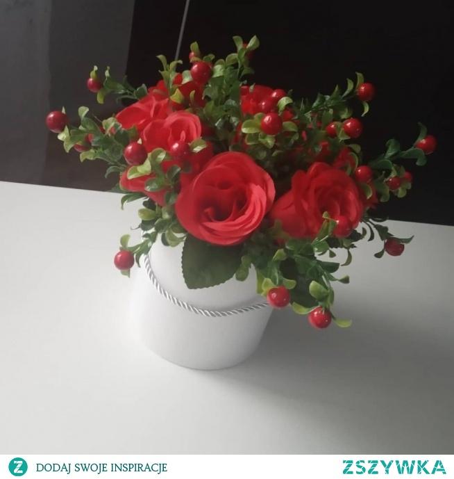 Piękny flower box wykonany z czerwonych róż i borówki w białej podstawie. Idealny prezent oraz dekoracja dla Waszego domu!   Cena: 70 zł + koszt wysyłki  Możliwy odbiór osobisty ;)   Serdecznie Zapraszamy!  kontakt.AlPik@gmail.com