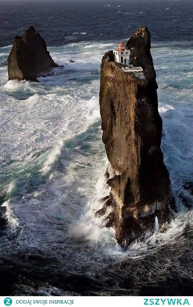 Latarnia Thridrangar, Islandia. Wyspa Vestmann