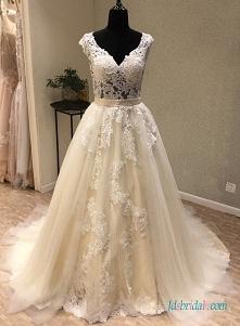 Tiulowa suknia ślubna w kol...
