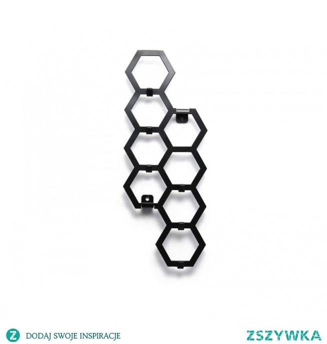 Wieszak na klucze Heksagon to wieszak dla osób, którym znudziły się poziomie wieszaki o genialnym kształcie. Jego pionowa forma sprawdzi się we wszystkich wąskich miejscach gdzie normalnie trudno byłoby wcisnąć poziomy wieszak. Wieszak na klucze wykonany z metalu bardzo solidny, przypominający plaster miodu posiadający 8 sześciokątów, do których przyległych jest 6 haczyków na nasze klucze.