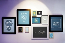 Kilka obrazów na ścianie, a...