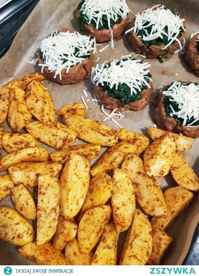 szybki obiad :) pieczone ziemniaki, kotlety ze szpinakiem i mozarella :)