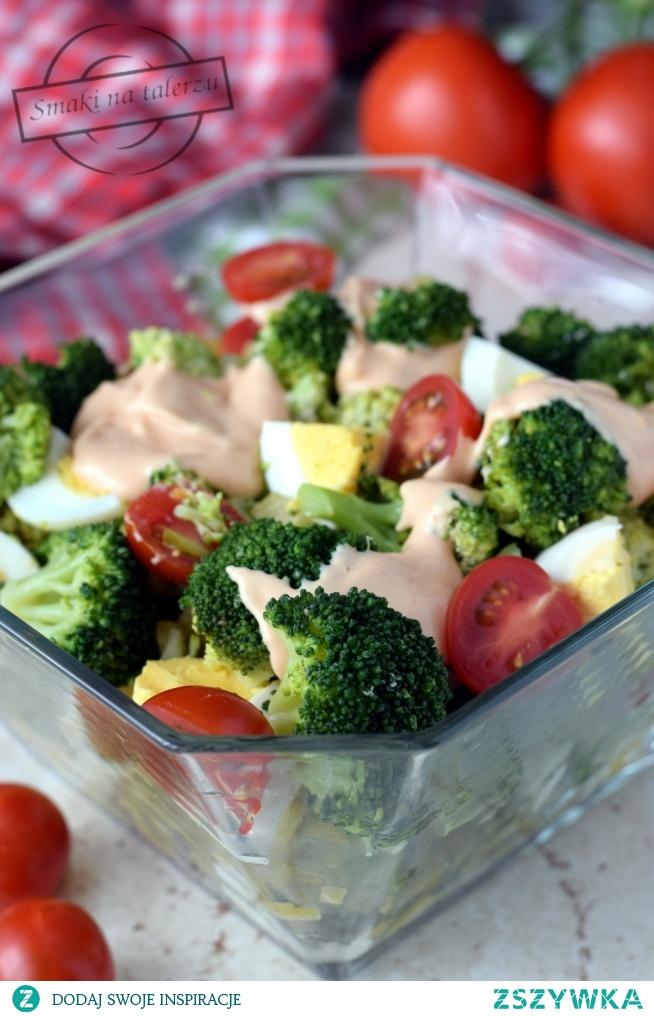 Sałatka brokułowa z jajkami i pomidorami z sosem majonezowo-ketchupowym