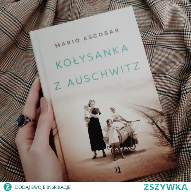 """Jedna z najlepszych książek o tematyce Auschwitz.  Poruszająca i paradoksalnie - niezwykle ciepła historia kobiety, Helene Hannemann, Niemki, która trafiła do obozu koncentracyjnego z własnej woli. Jako żona Cygana i matka pięciorga dzieci mieszanej, aryjsko-cygańskiej krwi bez wahania podjęła decyzję o opuszczeniu berlińskiego mieszkania i dzielenia horroru obozu śmierci z mężem i dziećmi.  Pierwszą rolą jej życia było bycie matką i żoną. Niemką i aryjką była na samym końcu. Do tego była niezwykle ciepłą i opiekuńczą kobietą. Kobietą, która nadzieją ocalenia dzieci i siebie żyła do ostatnich chwil.  Historia Helene pokazuje, że jednak w ludziach mimo przeciwieństw, mimo ogólnej moralnej zgnilizny w około, upadku wartości i miłości do bliźnich wciąż gdzieś tkwi Człowiek, przez duże C, który brzmi dumnie.  """"- Jedno jest pewne: wszyscy umrzemy. Ale jeśli możemy kogoś uratować, warto codziennie podejmować walkę."""" """"Czasem musimy stracić wszystko, aby zrozumieć, co jest najważniejsze."""" """"Wszystko dobiega końca niczym Szekspirowski dramat. Tragedia jest nieunikniona, jak gdyby autor tej makabrycznej sztuki teatralnej chciał wywrzeć na publiczności niezatarte wrażenie. Minuty nieuchronnie zmierzają do końca ostatniego aktu. Kiedy ponownie opadnie kurtyna, Auschwitz nadal będzie pisało swoją historię grozy i terroru, lecz my staniemy się pokutującymi duszami, nawiedzającymi mury Hamletowskiego zamku, choć nie będziemy mogli nikomu opowiedzieć o zbrodniach, jakie popełniono na cygańskim narodzie. Tęsknie do Johanna. Nie mam pojęcia, co się z nim stało, ale obawiam się, że w chaosie, jaki stopniowo ogarnia Auschwitz, naziści zapewne chcą się pozbyć niewygodnych świadków swoich zbrodni."""""""
