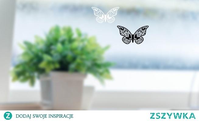 Motylki, które możesz zawiesić na oknie lub w dowolnym innym miejscu.  Wykonane z czarnego błyszczącego lub białego akrylu o grubości 2mm o wymiarach 10 x 6,7 cm.  Na zamówienie możemy wykonać je w dowolnym wymiarze.  Znajdziesz je w sklepie 4fd.pl