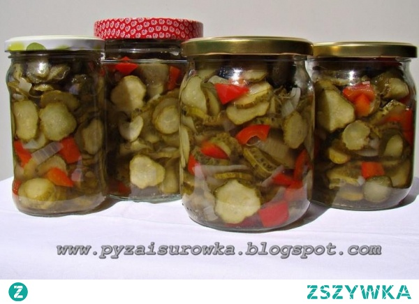 Sałatka z ogórków z papryką i cebulą - przepis