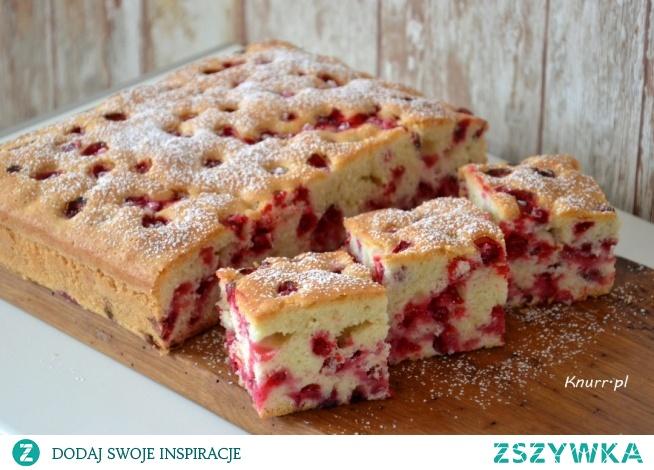 Bardzo prosty przepis na przepyszne porzeczkowe ciasto! Słodkie, miękkie i puszyste. Takie jak lubisz!