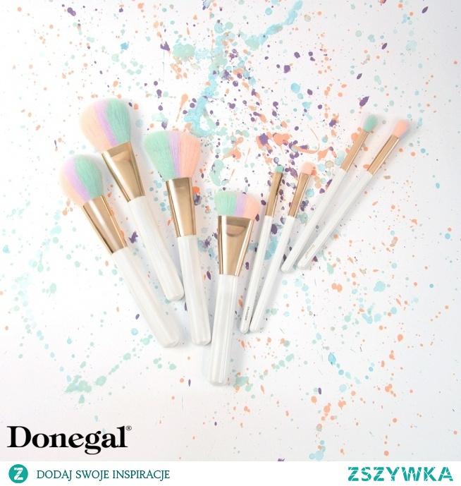 Sorbet Brush to seria o bajecznym designie i solidnej kompozycji: tęczowa miotełka wykonana została z syntetycznego włosia, natomiast rączka z lakierowanego drewna.   SORBET BRUSH by Donegal