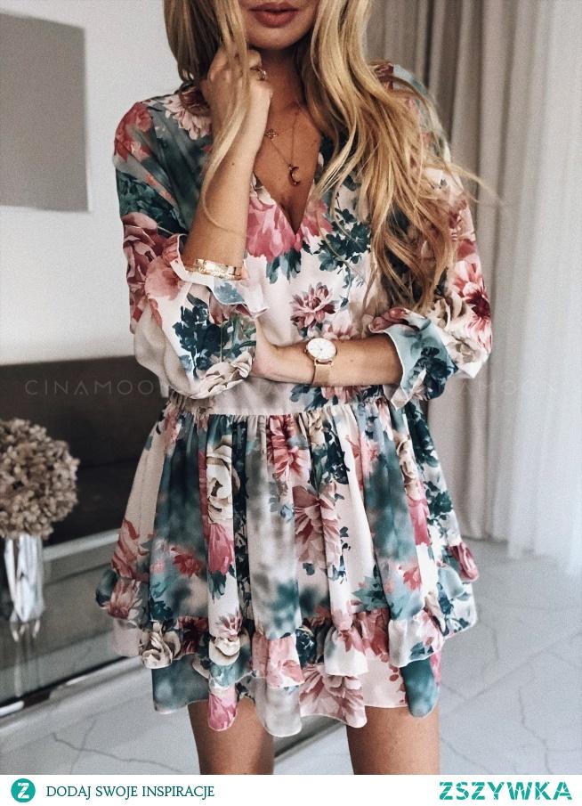 Dziewczęca, krótka sukienka w kwiaty idealnie sprawdzi się podczas randki.