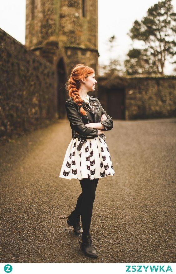 Botki, rozkloszowana spódnica, czarne leginsy i skórzana kurtka, czyli wygodnie, ciepło i modnie.