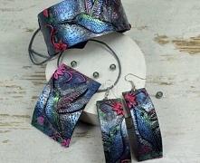 Duży, oryginalny komplet biżuterii z kolekcji KOLIBER, w skład którego wchodzi bransoletka, naszyjnik oraz długie kolczyki. Biżuteria kolorowa i przyciągająca uwagę, mieniąca wi...