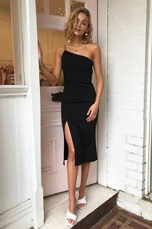 A może tym razem bardziej klasycznie na randkę Michaliny? Czarna sukienka midi z rozcięciem na udzie wygląda zjawiskowo, do tego dla akcentu białe klapki na obcasie, złota biżut...