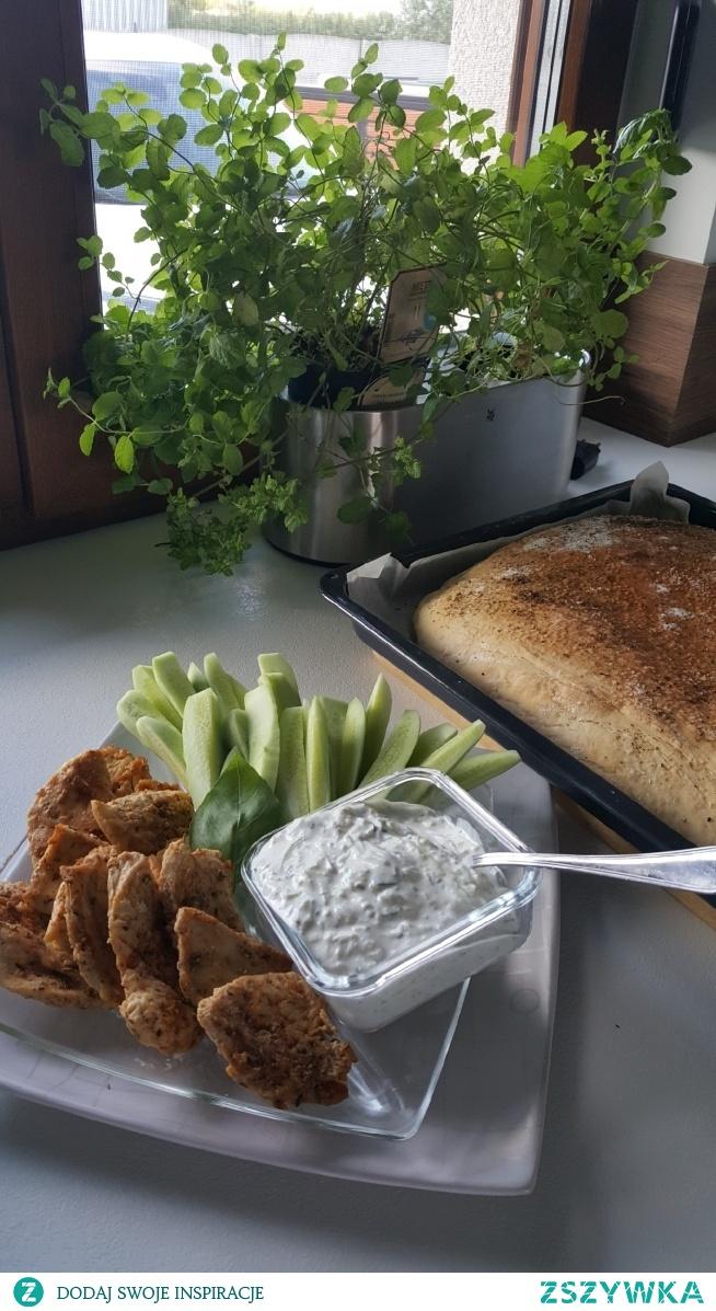 kurczak  tzaziki i chleb z rozmarynem