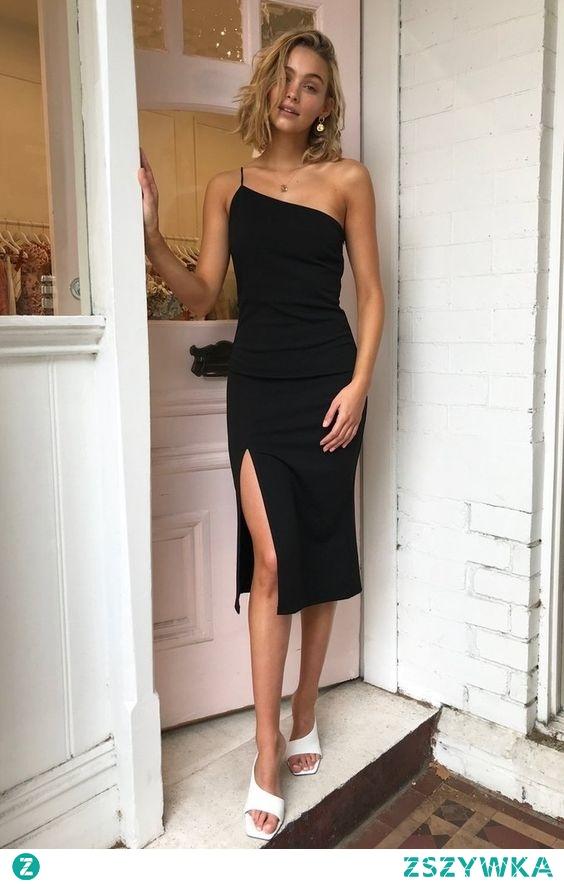A może tym razem bardziej klasycznie na randkę Michaliny? Czarna sukienka midi z rozcięciem na udzie wygląda zjawiskowo, do tego dla akcentu białe klapki na obcasie, złota biżuteria i jest obłęd!