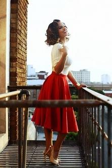 Odważna stylizacja w stylu Pin Up Girl. Stylizacja jest delikatna, mimo czerwonego koloru. Zwiewna, powabna i idealnie odzwierciedla Pin Up.