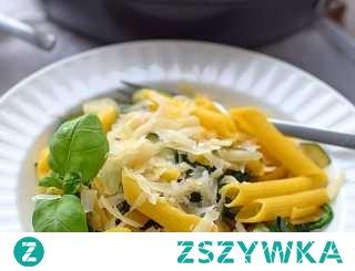 Makaron z cukinią, suszonymi pomidorami i szpinakiem w śmietanowym sosie [klik] - mega smaczny!