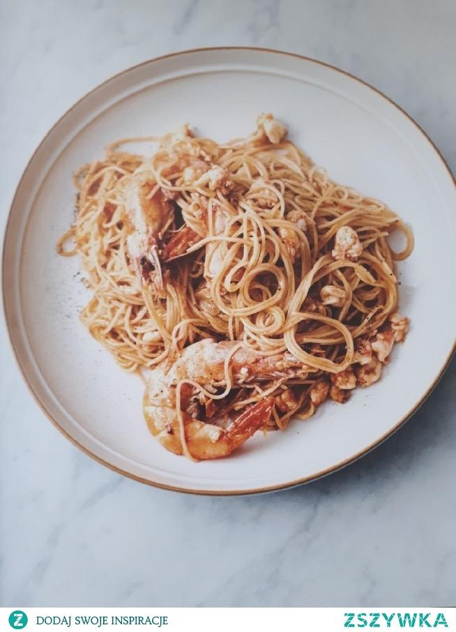 """Jamie Oliver """"5 składników"""" - makaron z krewetkami, czerwonym pesto i różowym winem"""
