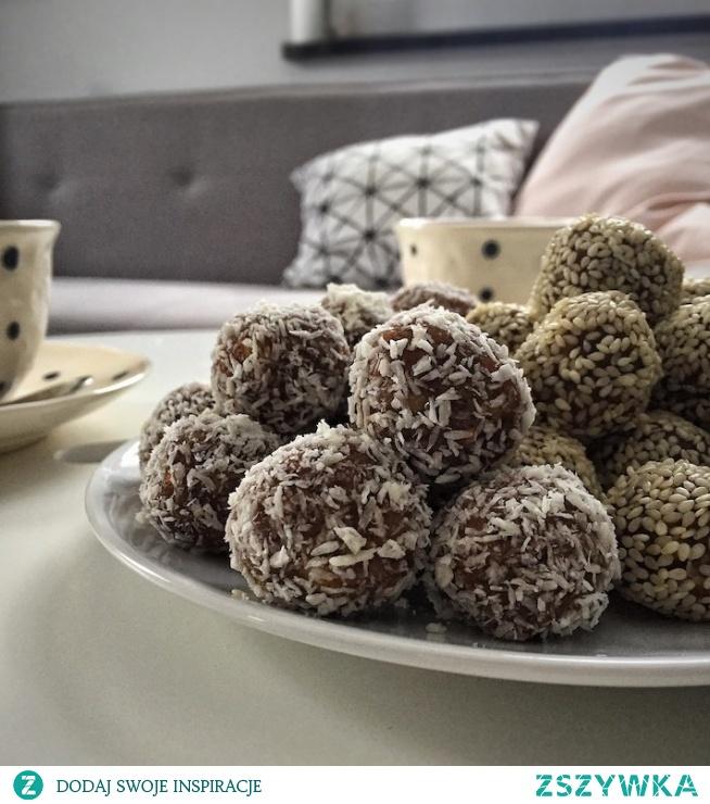 Pyszne orzechowo- daktylowe kulki! Super pomysł na słodką przekąskę nie tylko do kawy