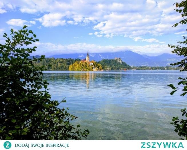 Bled, Słowenia Wyczytałam na pewnym blogu że jak dopłynie się na tą małą wysepkę, wejdzie do kościoła i pociągnie za sznur który wisi pośrodku, to jeśli dzwon zadzwoni 3 razy to znaczy że spełni się nasze życzenie.