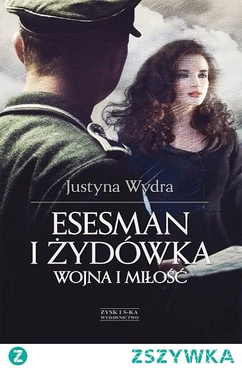 """Kwiecień 1943 roku. Debora Singer wyskakuje z wagonu transportującego krakowskich Żydów. Podczas próby ucieczki boleśnie skręca w kostce nogę i nie jest w stanie uciekać. Przekonana, że nie ocali życia, siada w sosnowym zagajniku, czekając na śmierć. Słyszy odgłosy obławy. Nagle nadjeżdża wojskowy motocykl. Do przestraszonej dziewczyny zbliża się esesman. Debora jest Żydówką, czyli – jest winna. Przed nią staje hauptsturmführer Bruno Kramer. W tym miejscu ta historia mogłaby się właściwie skończyć. To jednak dopiero jej początek... Pełna niespodziewanych zwrotów akcji, barwnych postaci, osadzona w realiach II wojny światowej, powieść, w której nic nie jest proste, ale wszystko staje się możliwe, gdy w grę wchodzą uczucia. Esesman i Żydówka to coś więcej niż romans. To świadectwo człowieczeństwa w obliczu okrucieństw wojny. Momentami szokująca, bardzo wzruszająca i niebanalna opowieść o wojennych rozbitkach. O nieprawdopodobnej, zakazanej miłości. Kat i ofiara. Czy takie uczucie mogło wydarzyć się naprawdę? """"Żyjący w czasach II wojny światowej przekonali się, że miłość była nierzadko jedyną wartością. Kiedy żołnierze Wermachtu z polecenia Hitlera podbijali Europę, żadne związki nie były łatwe. A już wysoko postawionego oficera SS i zbiegłej z transportu do Auschwitz Żydówki, nie był w tej materii wyjątkiem. Poznajcie losy Debory i Bruna."""""""