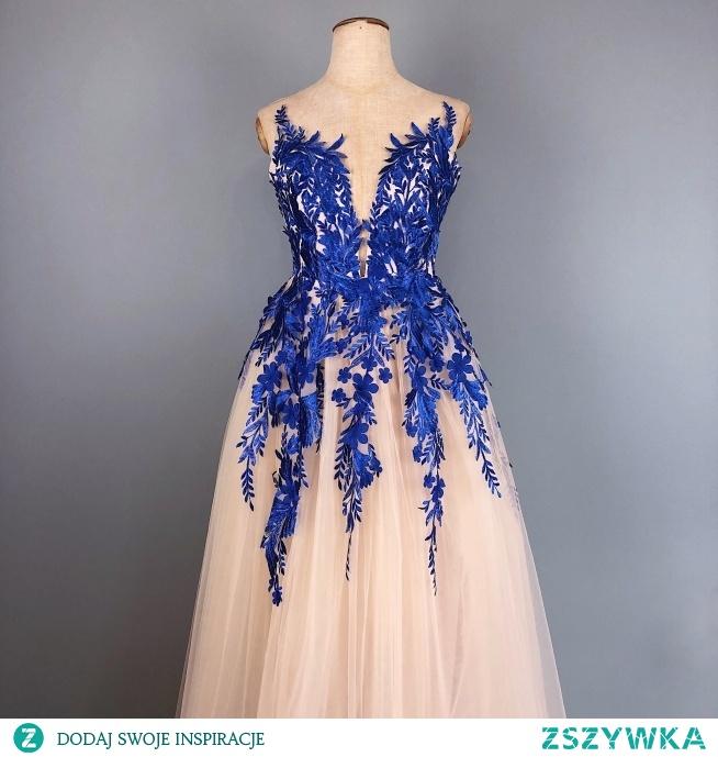 Realizacja sukni wieczorowej w odcieniu beżowym z chabrowymi aplikacjami