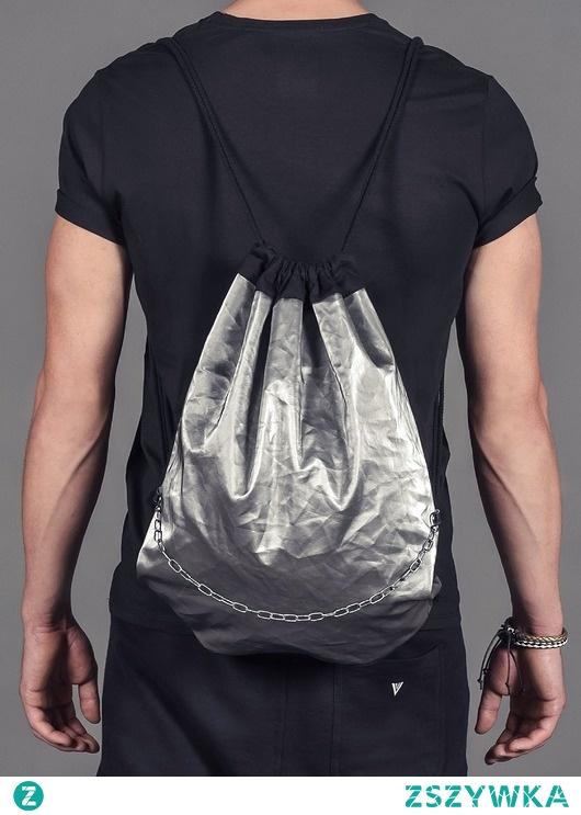 Metaliczny plecak z łańcuchem