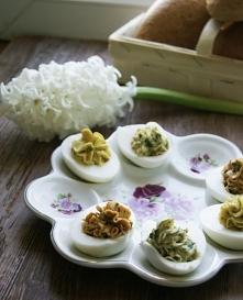 jajka z ziołowymi pastami