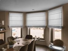 Białe rolety rzymskie to wybór Pani Moniki do osłony okien w wykuszu  Rolety są przykręcane do ściany. Materiał można bez problemu zdjąć i wybrać w razie potrzeby  Wybrany mater...