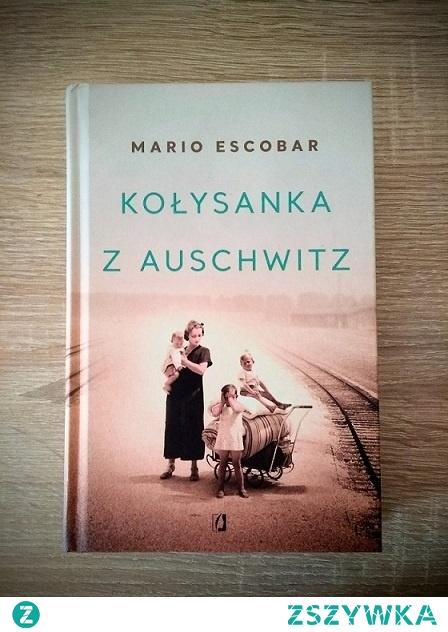 Historie o ludzkim cierpieniu, nawet te fikcyjne, poruszają ogromnie. Historie, które wydarzyły się prawdziwie poruszają ze wzmożoną siłą, szarpiąc nasze emocje i odbijając się echem w nas jeszcze długo po przeczytaniu. Kołysanka z Auschwitz przepełniona jest smutkiem, bezgranicznym żalem i brakiem zrozumienia, dotyka najwrażliwszych części naszej duszy. Teoretycznie o wojnie, cierpieniu i bólu z nią związanym wiemy wszystko. W rzeczywistości, czytając każdą kolejną opowieść w tej tematyce od nowa otwieramy oczy szeroko, nie mogąc zrozumieć, jak i dlaczego człowiek mógł być tak okrutny. Jak pojąć tragedię matek, których dzieci giną na ich oczach? Z głodu, chorób lub po prostu od strzału w skroń? Jak zrozumieć to i odczuć w czasie, gdy wszystko mamy na wyciągnięcie ręki, a ciszę domowego ogniska zakłócają nam problemy tak błahe, że wstyd przyznać? Dla mnie Kołysanka z Auschwitz jest jedną z najbardziej wzruszających i emocjonalnych opowieści w tej tematyce.