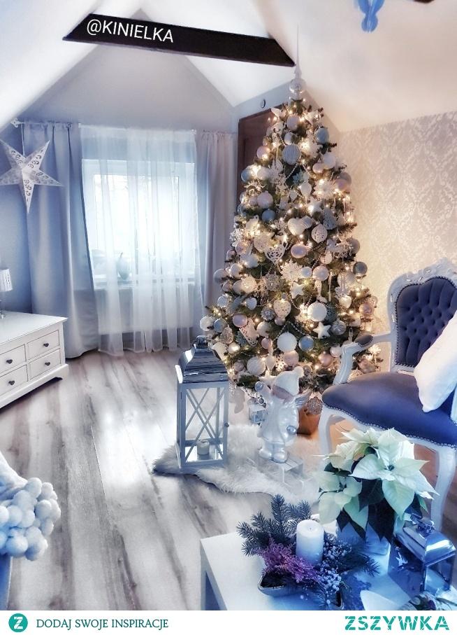Choinka w salonie. Święta Bożego Narodzenia.