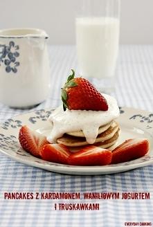 Pancakes z kardamonem, jogurtem waniliowym i truskawkami