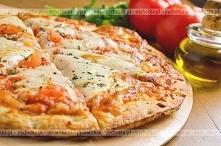 Pizza z pomidorami i mozzarellą