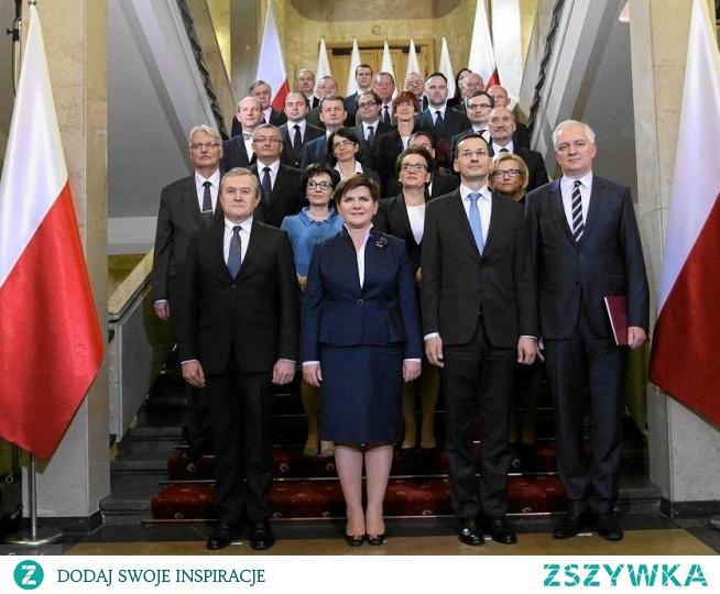 Skandal!!! Ministrowie nie zwrócili do budżetu państwa ani złotówki z otrzymanych nagród a na Caritas wpłacili zaledwie 8% przelanych środków. Większość otrzymanych siedmiu milionów złotych, które dostali w latach 2016 i 2017 zostawili więc sobie w kieszeni. Jarosław Kaczyński obiecał, że ministrowie zwrócą pieniądze. Nie zrobili tego, najwyraźniej albo nie przejmując się tym co mówi prezes PiS albo wiedząc, że cała akcja robiona jest pod publiczkę…
