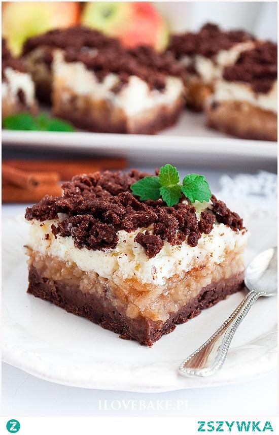 Kakaowe ciasto z budyniową pianką i jabłkami