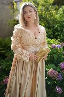 Długa złota sukienka z rozc...