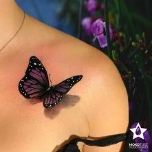 Tatuaż kobiecy, motyl realistyczny tatuaż 3D na obojczyku. Kolorowy.