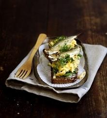 Jajecznica ze szprotkami na ciemnym chlebie