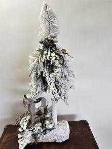 Biała choinka ze stroikiem