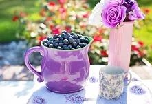 Owsianka z jagodami i jogurtem. Przepis na stronie.